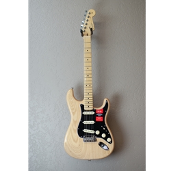 Fender - American Pro Stratocaster®, Maple Fingerboard, Natural